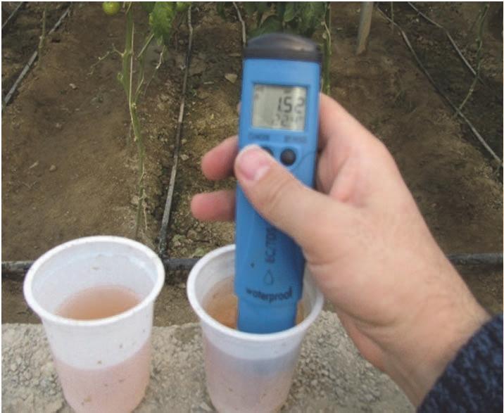 تنظیم EC و pH قبل و بعد از کودآبیاری بهمنظور جلوگیری از خسارت نمک و گرفتگی قطرهچکانها و تعیین بهتر مقدار عناصر و کودها در محیط خاک